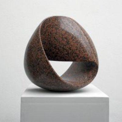 Möbisusband aus braungesprenkelten Balmoral Granit ca. 50x50x30cm groß