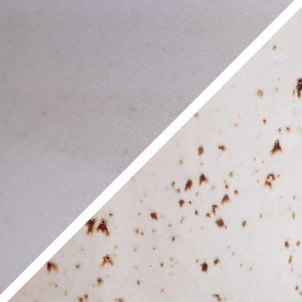 Erdbeermilkshakefarbene Glasur ohne und mit Spots, die wie Sommersprossen durch die Glasur schimmern