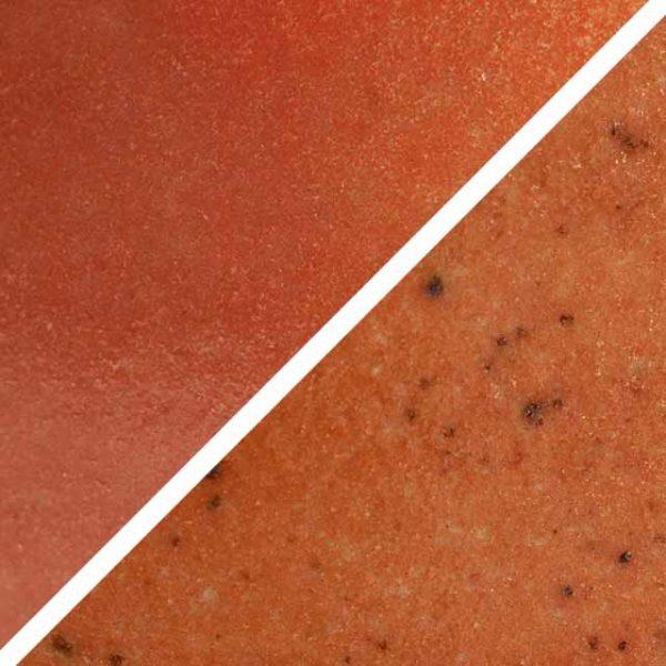 Mandarinenfarbene orange Glasur ohne und mit Spots, die wie Sommersprossen durch die Glasur schimmern