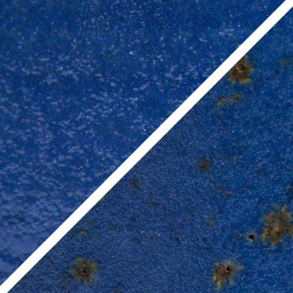 Marine blaue Glasur ohne und mit Spots, die wie Sommersprossen durch die Glasur schimmern