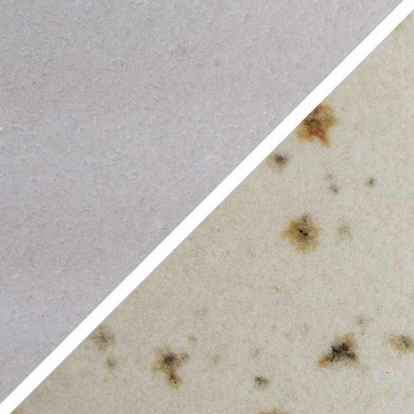 Sahnefarbene matte Glasur ohne und mit Spots, die wie Sommersprossen durch die Glasur schimmern