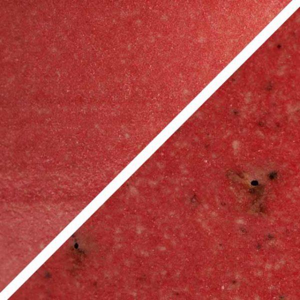 Wassermelonefarbene Glasur ohne und mit Spots, die wie Sommersprossen durch die Glasur schimmern